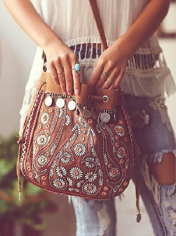 un sac bohème en cuir brun décoré de perles, de broderies et de pièces de monnaie
