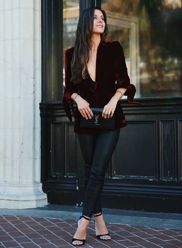 un look chic avec un blazer en velours bordeaux, un pantalon en cuir noir, des talons noirs et un sac noir pour une touche raffinée