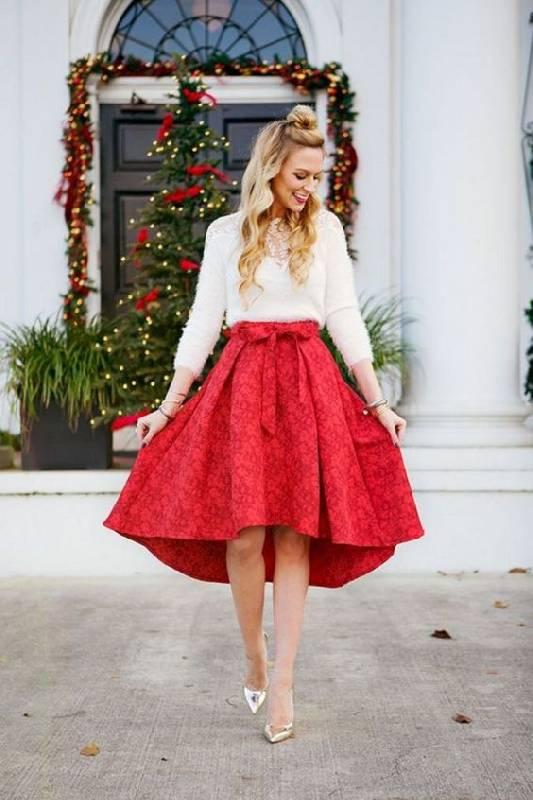 un haut blanc avec un insert de dentelle, une jupe asymétrique à fleurs rouges et des chaussures métalliques pour un look chic